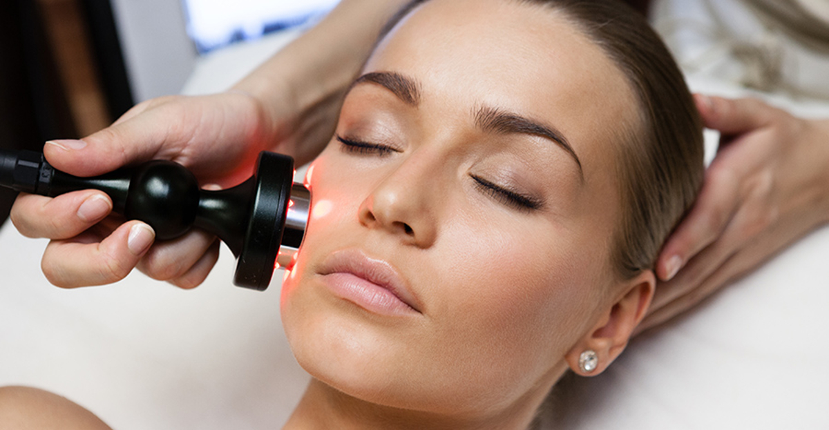 Best Cosmetic Treatments for Acne Scars: Light Treatments and Chemical Peels